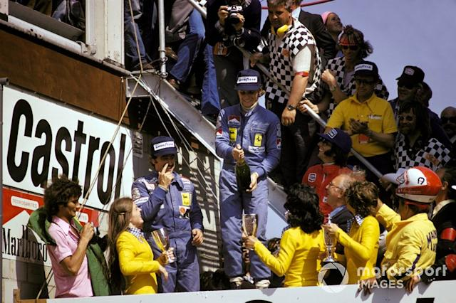 "Podio: secondo classificato Clay Regazzoni, Ferrari, il vincitore della gara Niki Lauda, Ferrari, terzo classificato Emerson Fittipaldi, McLaren, al GP d'Olanda del 1974 <span class=""copyright"">Sutton Motorsport Images</span>"