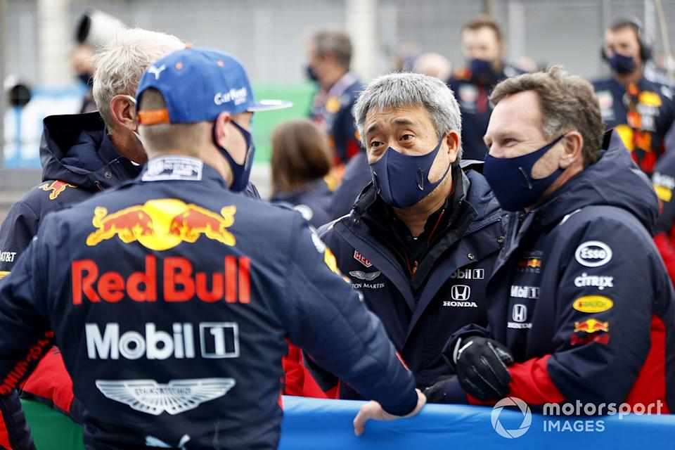 "Max Verstappen, Red Bull Racing, 2º puesto, con Helmut Marko, Consultor, Red Bull Racing, Masashi Yamamoto, Director General, Honda Motorsport, y Christian Horner, Director de Equipo, Red Bull Racing, en el Parc Ferme<span class=""copyright"">Andy Hone / Motorsport Images</span>"