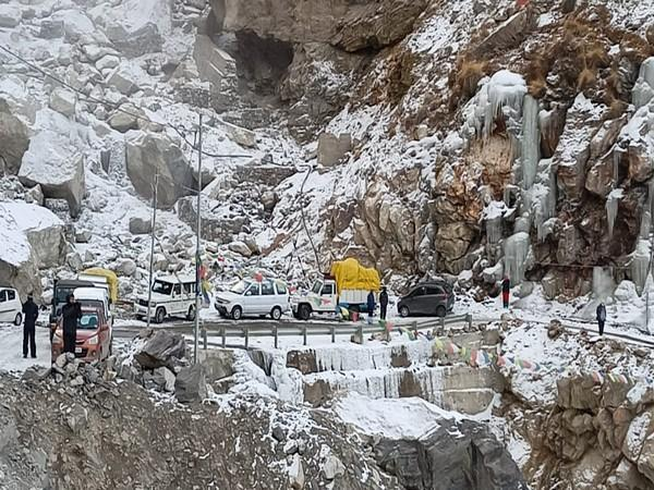 National Highway-5 gets blocked due to heavy snowfall in Himachal Pradesh (Photo ANI)