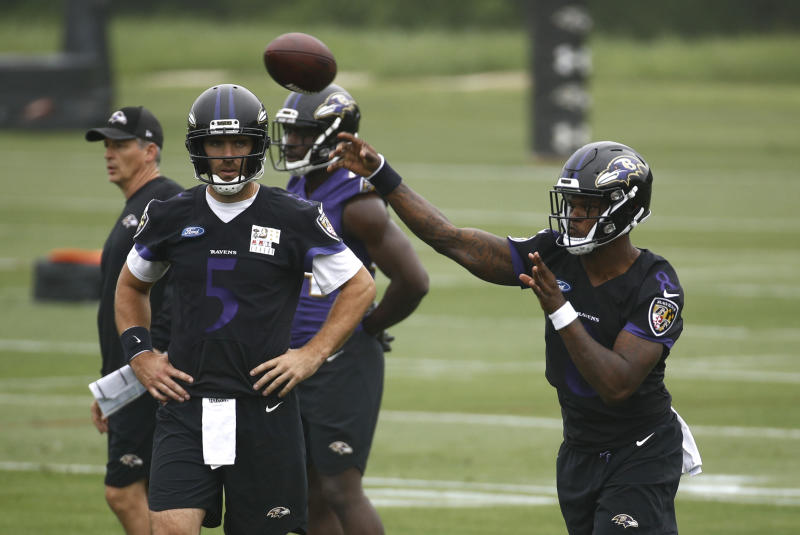 Joe Flacco (5) watches quarterback Lamar Jackson throw a pass during an offseason Ravens practice. (AP)