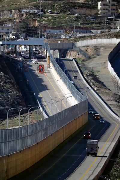 Cars drive along the Palestinian (R) and Israeli (L) lanes of Route 4370 in East Jerusalem on January 10, 2019 (AFP Photo/THOMAS COEX)