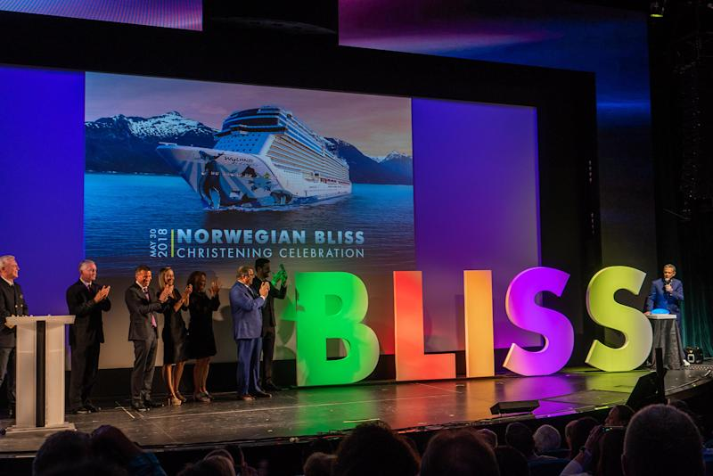 Nationally-acclaimed radio personality and godfather to Norwegian Bliss, Elvis Duran, launches the official bottle break.