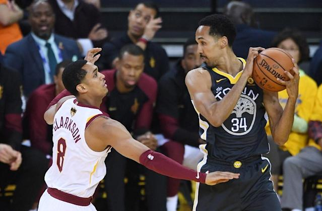 Shaun Livingston (R) of the Golden State Warriors controls the ball against Jordan Clarkson of the Cleveland Cavaliers (AFP Photo/Thearon W. Henderson)