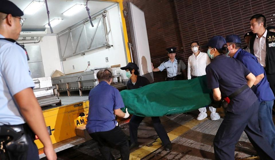Tina Chan's body being taken out of Haking Wong building in August 2018. Photo: K. Y. Cheng