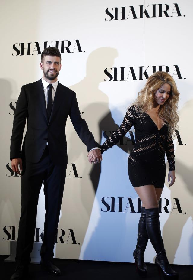 "Colombian singer Shakira and Barcelona's soccer player Gerard Pique (L) pose during a photocall presenting her new album ""Shakira"" in Barcelona March 20, 2014. REUTERS/Albert Gea (SPAIN - Tags: ENTERTAINMENT SPORT SOCCER)"