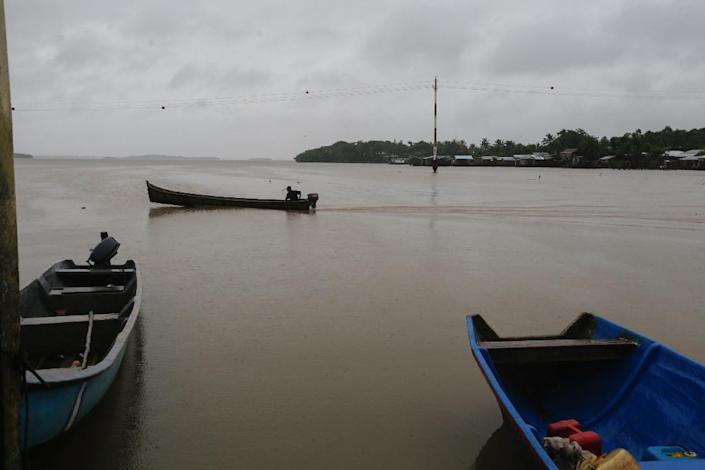 """A man in his boat is seen near """"El Canal"""" Neighborhood before Hurricane Otto hits Bluefields, Nicaragua on November 24, 2016 (AFP Photo/Inti Ocon)"""
