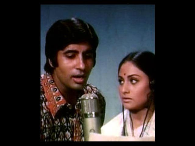 However, this happy couple faced problems quite early in their marriage. The rumours of a love affair between Amitabh and Rekha strained their relationship. During the filming of Silsila, Yash Chopra openly talked about Amitabh and Rekha. The director said that the atmosphere during the shoot was extremely tense. However, despite all the odds, Jaya and Amitabh survived this turmoil and their marriage still stands strong.