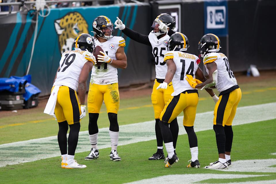 Pittsburgh Steelers wide receiver Chase Claypool (11) celebrates a touchdown with JuJu Smith-Schuster (19), Eric Ebron (85), Ray-Ray McCloud (14) and Diontae Johnson (18). (Photo by David Rosenblum/Icon Sportswire via Getty Images)