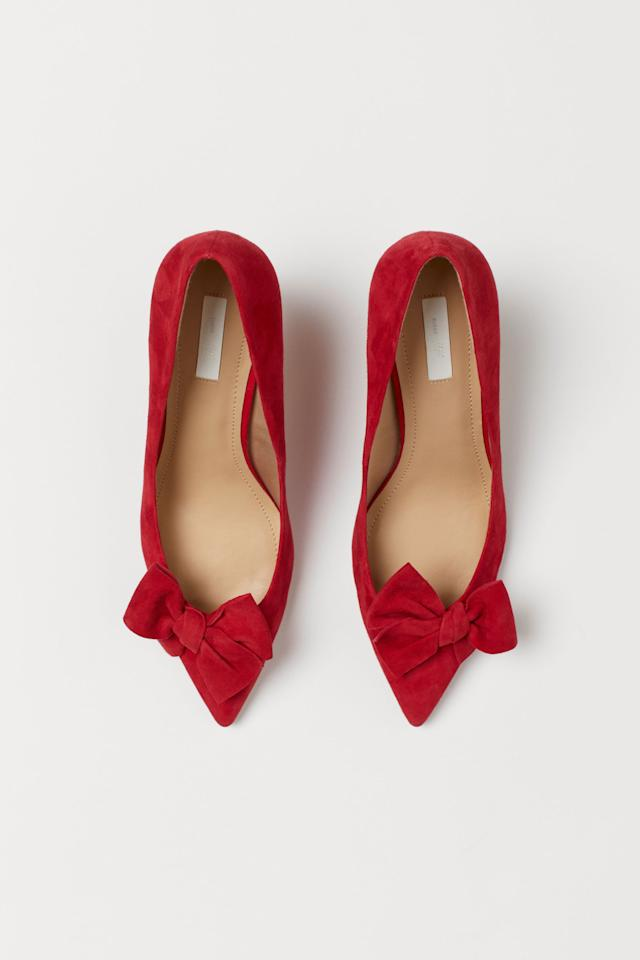 "<p>The bow ties on these <a href=""https://www.popsugar.com/buy/HampM-Suede-Pumps-522490?p_name=H%26amp%3BM%20Suede%20Pumps&retailer=www2.hm.com&pid=522490&price=70&evar1=fab%3Aus&evar9=44216254&evar98=https%3A%2F%2Fwww.popsugar.com%2Ffashion%2Fphoto-gallery%2F44216254%2Fimage%2F46936315%2FHM-Suede-Pumps&list1=holiday%2Cheels%2Choliday%20fashion&prop13=mobile&pdata=1"" rel=""nofollow"" data-shoppable-link=""1"" target=""_blank"" class=""ga-track"" data-ga-category=""Related"" data-ga-label=""https://www2.hm.com/en_us/productpage.0782063001.html"" data-ga-action=""In-Line Links"">H&amp;M Suede Pumps</a> ($70) are too cute.</p>"