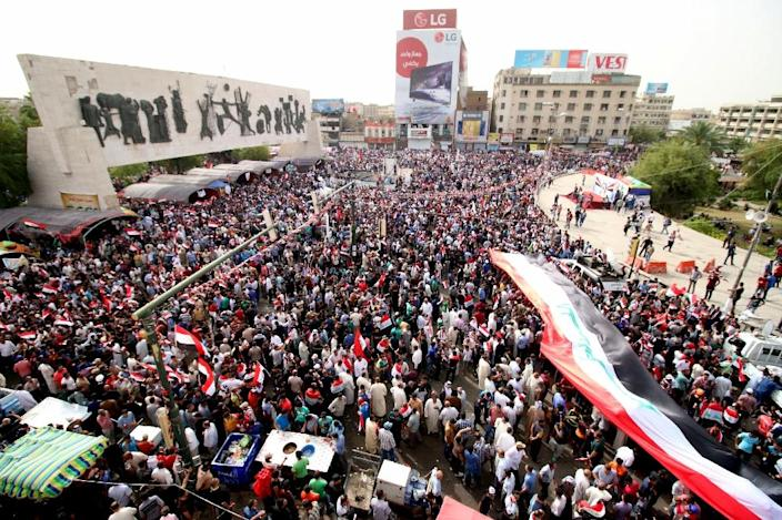 Iraqi supporters of the Sadrist movement hold national flags and shout slogans during a demonstration to press for reforms on April 26, 2016 (AFP Photo/Haider Mohammed Ali)