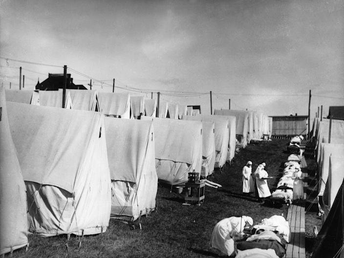 Nurses care for victims of the Spanish flu in 1918.