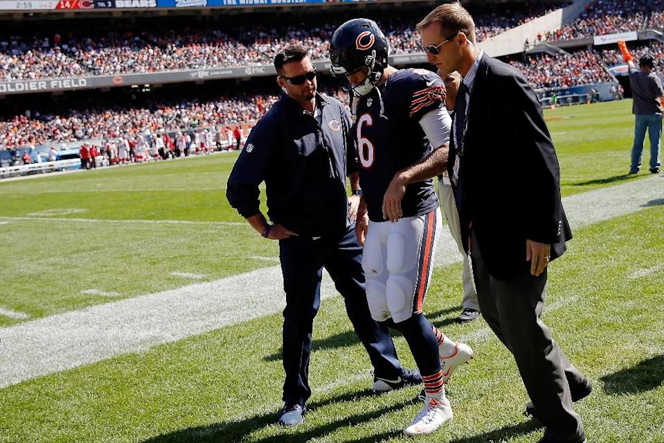 Chicago Bears' Jay Cutler is assisted off the field with an injury during the game against the Arizona Cardinals at Soldier Field on September 20, 2015 (AFP Photo/Jon Durr)
