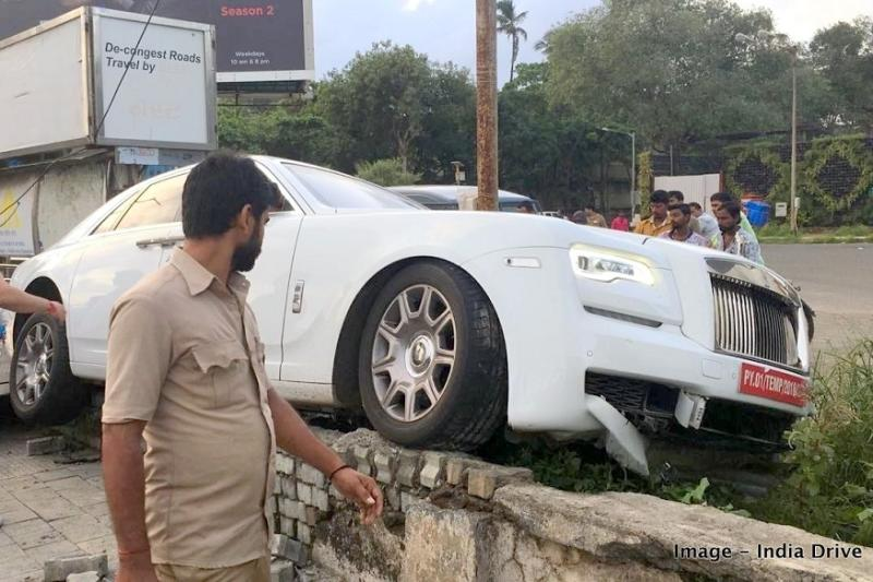 Crashed Rolls-Royce Ghost has a Pondicherry number plate. (Image: India-Drive)