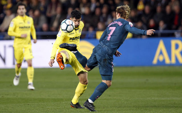 Atletico de Madrid's Griezman, right, vie sof the ball with Villarreal's Alvaro, during the Spanish La Liga soccer match between Villarreal and Atletico de Madrid at the ceramica stadium in Villarreal, Spain, Sunday, March 18, 2018. (AP Photo/Alberto Saiz)