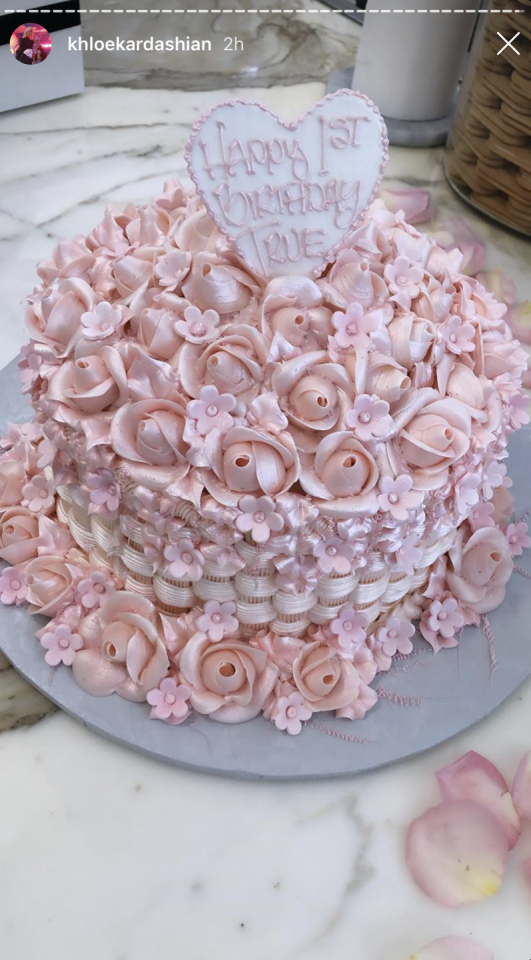 <p>...Plus this gorgeous pink confection that looked quiteee similar to Dream Kardashian's first birthday cake.</p>