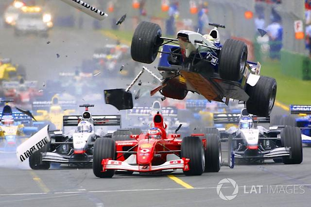 "Accidente en la primer curva de Ralf Schumacher, Williams vuela sobre Rubens Barrichello, Ferrari <span class=""copyright"">LAT Images</span>"