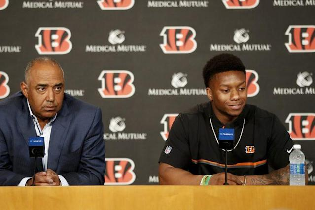Joe Mixon (R) and Bengals coach Marvin Lewis (L) meet with the media after the Bengals drafted Mixon. (AP)