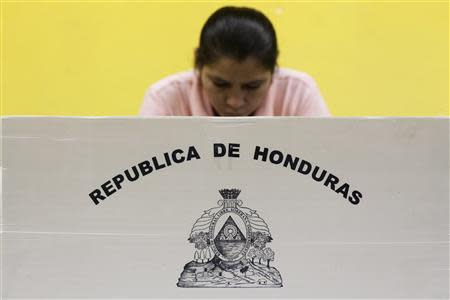 A woman casts her vote at a polling station in Tegucigalpa November 24, 2013. REUTERS/Jorge Cabrera