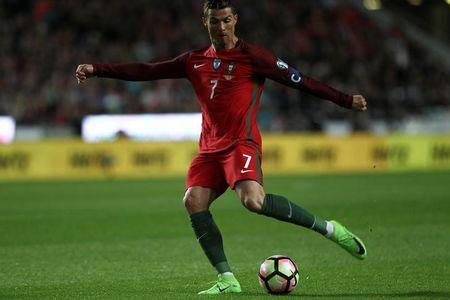 Football Soccer - Portugal v Hungary - World Cup 2018 Qualifiers European Zone - Group B - Luz Stadium, Lisbon, Portugal - 25/03/17 - Portugal's Cristiano Ronaldo shooting for the goal. REUTERS/Pedro