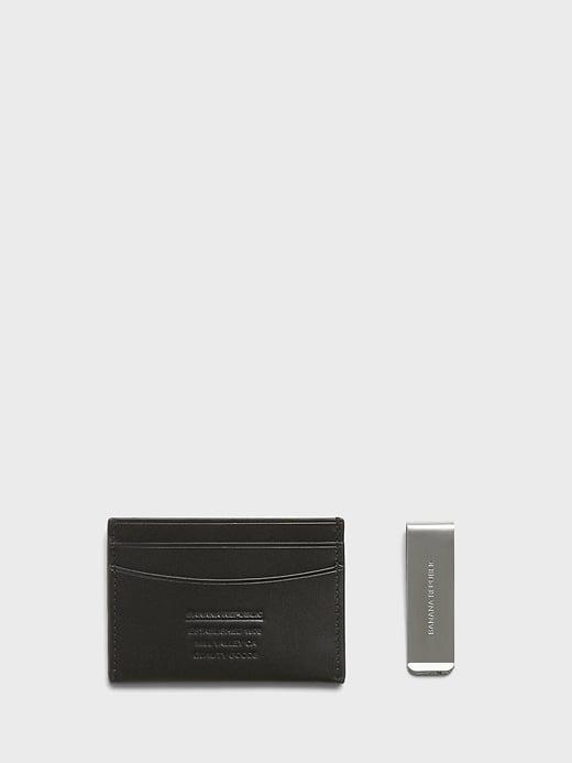 <p>This <span>Banana Republic Leather Card Case and Money Clip Gift Set</span> ($40) makes a great stocking stuffer for the men in your life. </p>