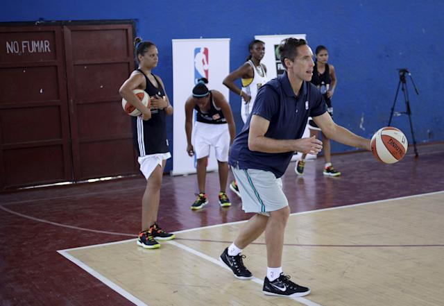 REFILE - UPDATING SLUG Former NBA star Steve Nash controls the ball during a training session with a Cuban women's national basketball team in Havana April 23, 2015. Retired NBA stars Steve Nash and Dikembe Mutombo engaged in a diplomacy mission in Cuba as part of an NBA workshop, the first outreach of its kind by a U.S. professional sports league since the thaw in U.S.-Cuban relations in December. REUTERS/Enrique de la Osa