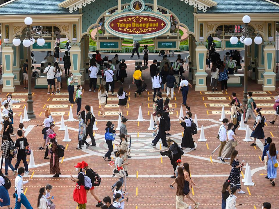 This image shows crowds at Disney social distancing.