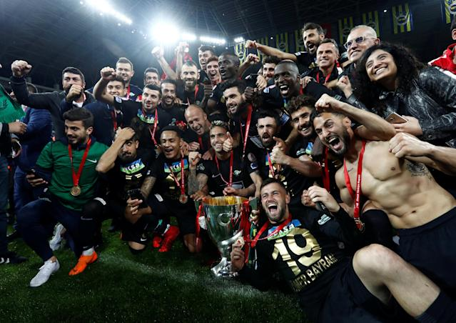 Soccer Football - Turkish Cup Final - Akhisarspor v Fenerbahce - Diyarbakir Stadium, Diyarbakir, Turkey - May 10, 2018 Akhisarspor players celebrate winning the Turkish Cup Final with the trophy REUTERS/Murad Sezer