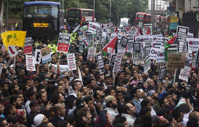 Protesters gather, while blocking the traffic, during a protest against Israel's air strikes in Gaza, in London July 11, 2014. REUTERS/Neil Hall (BRITAIN - Tags: RELIGION CIVIL UNREST POLITICS SOCIETY)