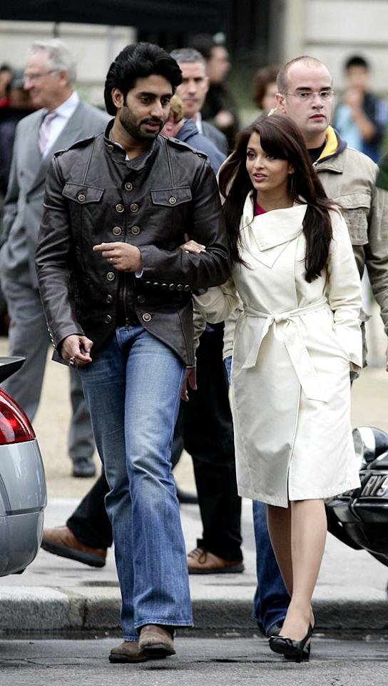"The stylish couple hits the streets of Paris during a break in filming. <a href=""http://www.splashnewsonline.com"" target=""new"">Splash News</a> - August 20, 2007"
