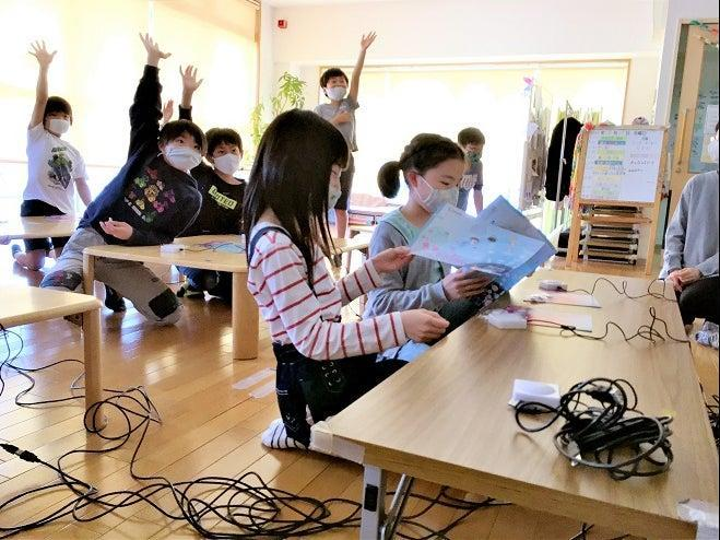 Children take a push-button quiz at the Poppins After-School care center of Nagoya University (Poppins After-School)