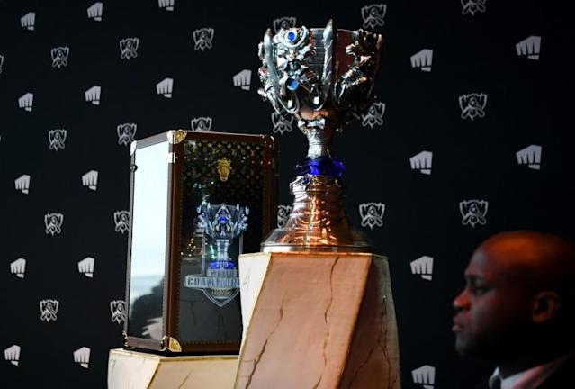 The cup of the League of Legends displayed at the Eiffel Tower ahead of the final (AFP Photo/ALAIN JOCARD)
