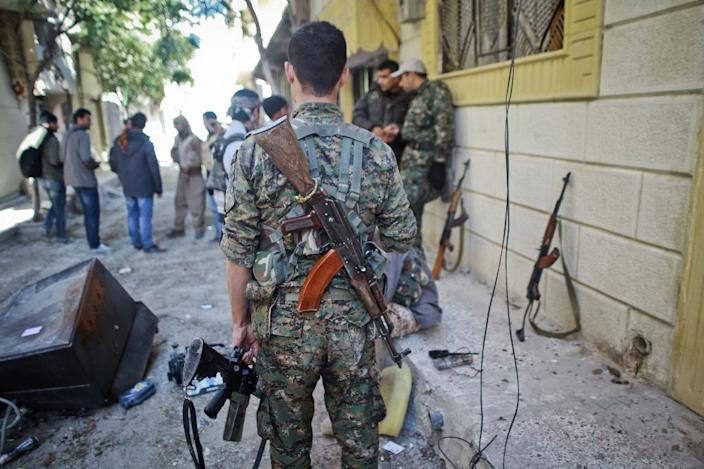 Armed fighters of the Syrian Kurdish People's Protection Units gather on a street before fighting against the Islamic State group on November 7, 2014, in the Syrian town of Ain al-Arab, known as Kobane by the Kurds (AFP Photo/Ahmed Deeb)