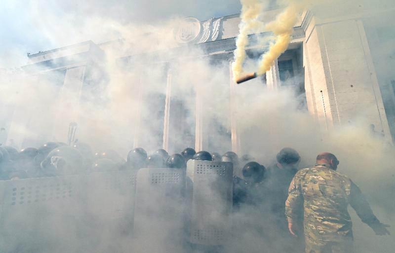 Smoke rises from the parliament building in Kiev as activists from radical Ukrainian parties, including the nationalist party Svoboda (Freedom), clash with police officers on August 31, 2015 (AFP Photo/Sergei Supinsky)