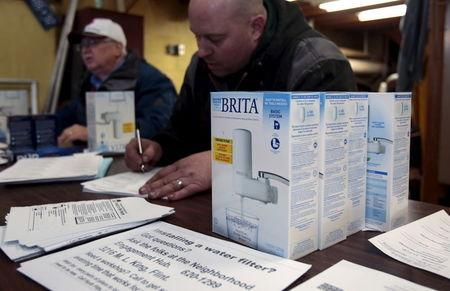 Water faucet filters are distributed to Flint residents at a distribution center in a fire station in Flint, Michigan January 13, 2016.   REUTERS/Rebecca Cook