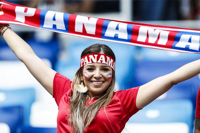 <p>A Panama fan shows her pasion </p>