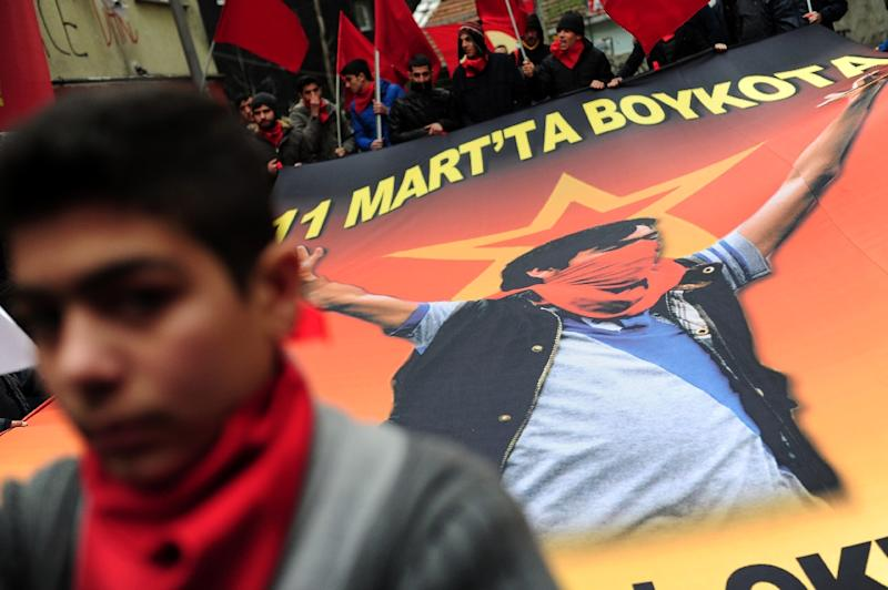Demostrators hold a poster of Berkin Elvan during a rally in Istanbul on March 7, 2015 (AFP Photo/Ozan Kose)