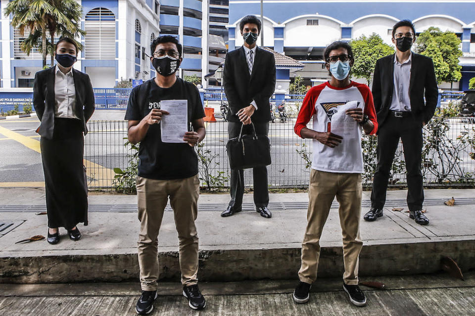 (Back from left) Lawyers Kee Hui Yee, Rajsurian Pillai and Yap Boon Jhoe taking a photograph with Mohammad Alshatri (right) and Mohd Asraf at IPD Dang Wangi, July 18, 2020. — Picture by Hari Anggara