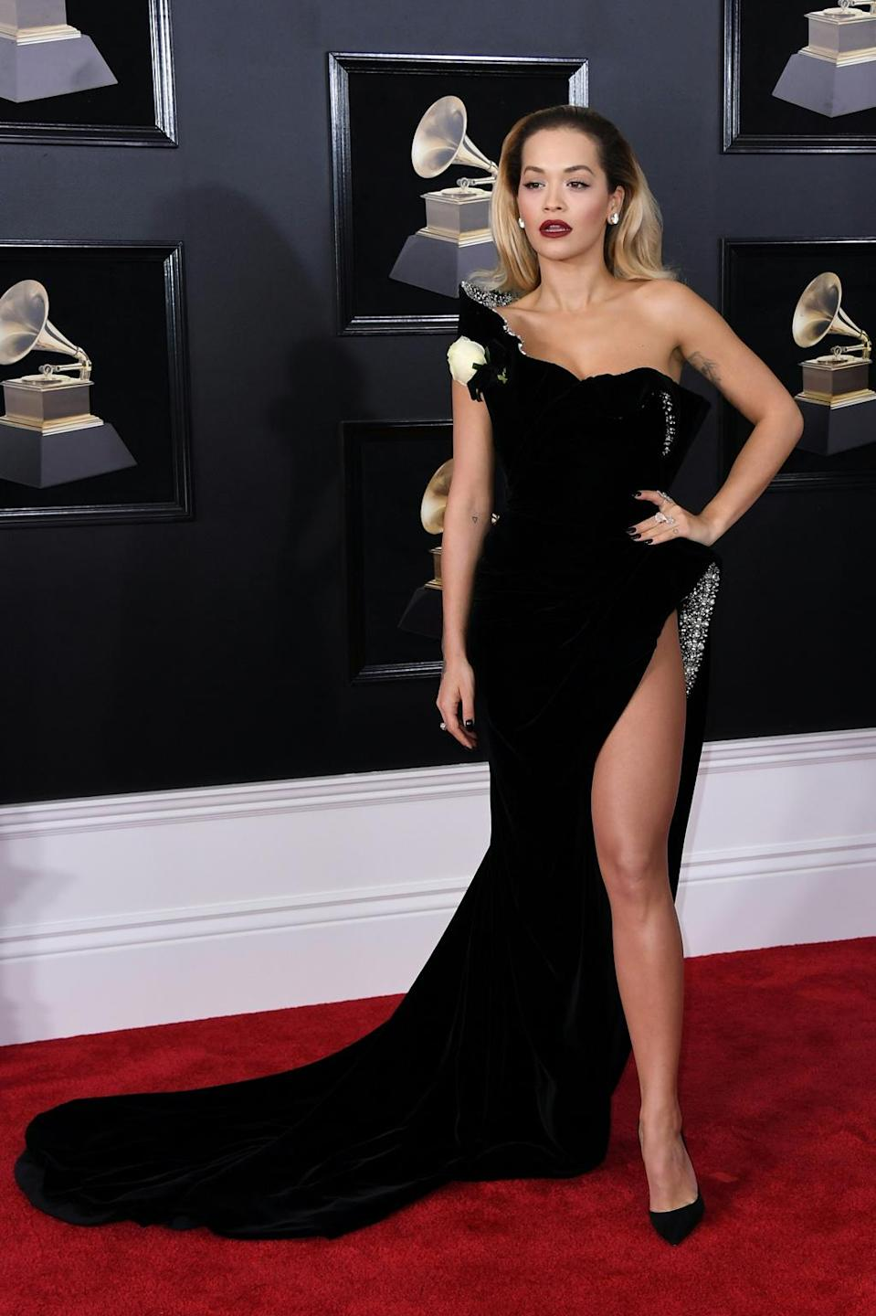 For the 60th Grammy Awards, Rita Ora hit hard with an asymmetric dress with a very, very high slit, revealing a sexy flash of upper thigh. New York, January 28, 2018.