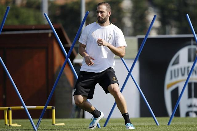 Juventus' forward Gonzalo Higuain from Argentina takes part in a training session at the Juventus Training Center in Vinovo, near Turin, on April 10, 2017 (AFP Photo/Marco BERTORELLO)