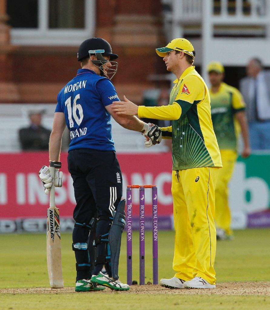 England' captain Eoin Morgan (L) and Australia captain Steven Smith shake ahnds after the final wicket is lost and Australia win by 64 runs in the second one day international (ODI) at Lord's, on September 5, 2015 (AFP Photo/Ian Kington)