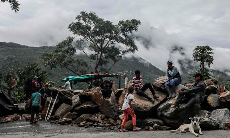 Displaced families from the banks of the Cauca river camp on a road near Ituango municipality on 13 May 2018.