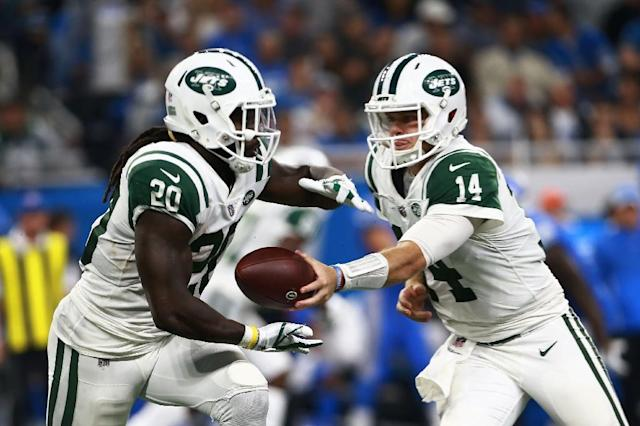 Sam Darnold (R) of the New York Jets finished with respectable figures of 198 yards from 16 completions out of 21 attempts, including two touchdowns in a 48-17 rout of Detroit (AFP Photo/Rey Del Rio)