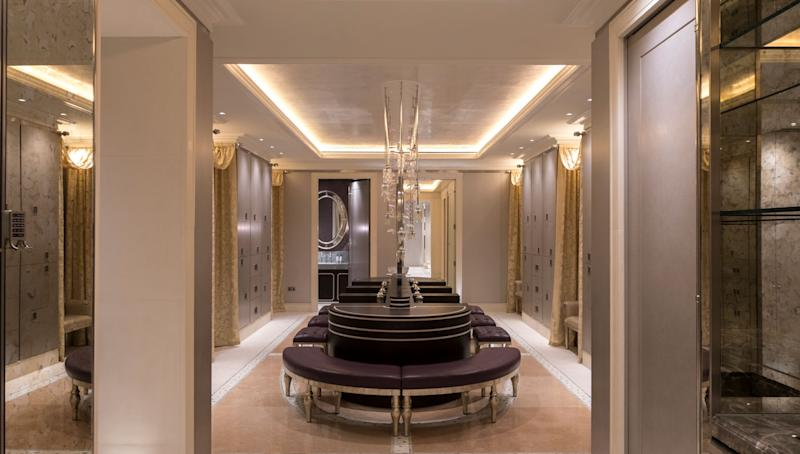 One of London's most exclusive new clubs opened its doors earlier this month, giving Londoners the opportunity to undergo world-class treatments in a serene surrounding. Located in the five-star Lanesborough property, the Lanesborough Club & Spa is a high-end health and fitness haven open solely to hotel guests and club members. Designed by London-based firm 1508, the 18,000-square-foot space includes a spa, restaurant, and fitness facility.
