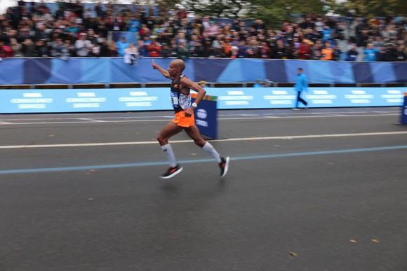 Meb Keflezighi coming down the stretch at the New York City marathon, waving to the crowd.