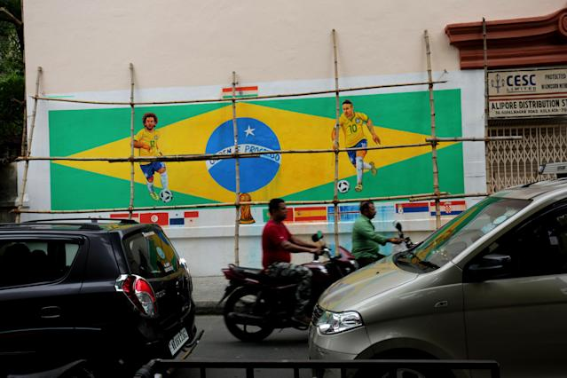 <p>Kolkata (India), 11/06/2018.- Brazil fans paint a mural of the Brazilian flag with Brazilian forward Neymar (R) and Marcelo Vieira (L) ahead of FIFA world cup on a wall in a Kolkata street, Eastern India, 11 June 2018. The 2018 FIFA world cup is running between 14 June to 15 July 2018. (Mundial de Fútbol, Brasil) EFE/EPA/PIYAL ADHIKARY </p>