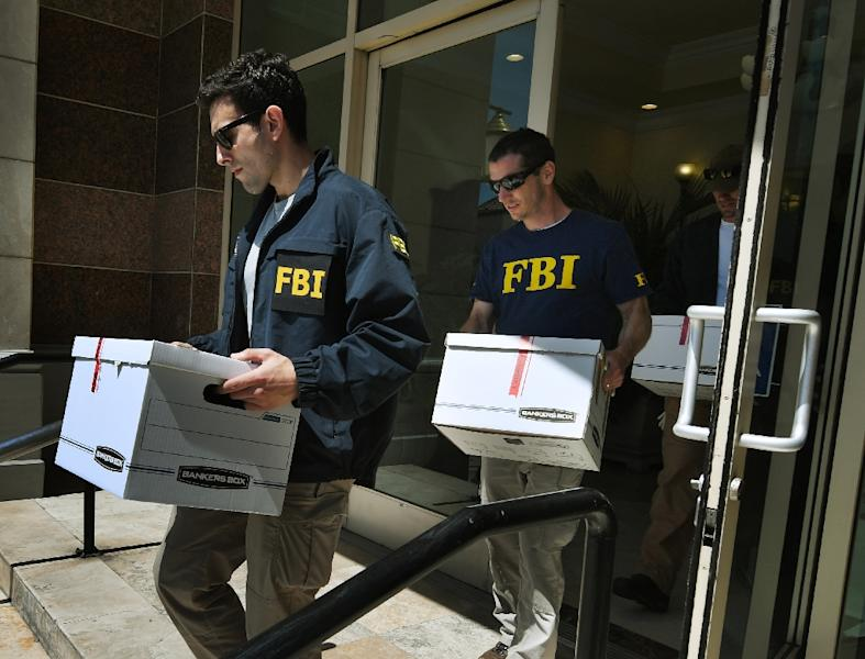 FBI agents remove documents from the offices of the California Investment Immigration Fund in an investigation into an alleged $50 million visa fraud scheme involving as many as 100 Chinese nationals in San Gabriel, California on April 5, 2017 (AFP Photo/Mark RALSTON)