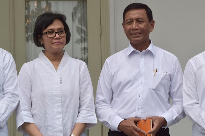 Security Minister Wiranto (R) and Finance Minister Sri Mulyani pose for a photo as President Joko Widodo announces new top cabinet officials, at the presidential palace in Jakarta, on July 27, 2016 (AFP Photo/Adek Berry)