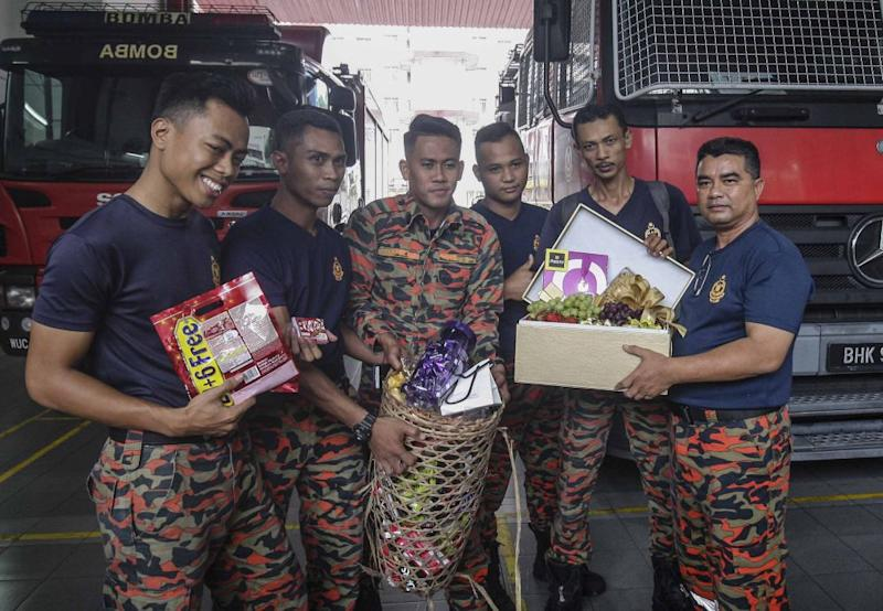Fire and rescue personnel from the Sri Hartamas Fire and Rescue station receive chocolates from Malaysians in Kuala Lumpur May 26, 2018. ― Pictures by Firdaus Latif