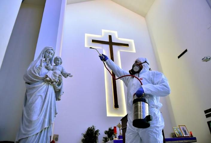 Sanitary workers disinfect a church in Beirut, Lebanon (AFP Photo/-)