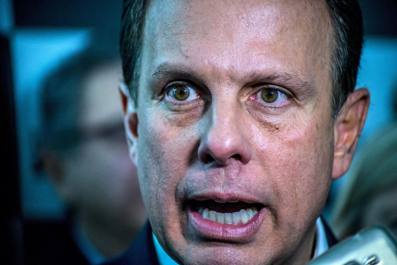 """The mayor of São Paulo, João Doria (PSDB), has ruled out any possibility of disputing previews against the governor of São Paulo, Geraldo Alckmin (PSDB), to define the Toucan candidate who will contest the presidential elections of 2018. He also defended the immediate exit of the senator Aécio Neves (PSDB-MG) of the party presidency. In recent days rumors have grown that Alckmin could summon previews to bar Doria's rise in the PSDB. """"I want to make it clear, straight and straight. I do not dispute with Geraldo Alckmin. He is a name that helped me and supported me. You've been my friend for 37 years. I would never do such an act of rebellion. I will not be disputing with Geraldo Alckmin, there is not the slightest chance. First of all I am not a candidate for anything to dispute anything. Then I do not see myself in that condition, """"he said. Doria's statements were given in his program Eye in the Eye, transmitted by the mayor through his profiles in social networks. The toucan said it could evaluate several circumstances in the future, but stressed that none will make him bid for Alckmin. """"You do not play a 37-year relationship in the trash for nothing."""" (Photo by Cris Faga/NurPhoto via Getty Images)"""